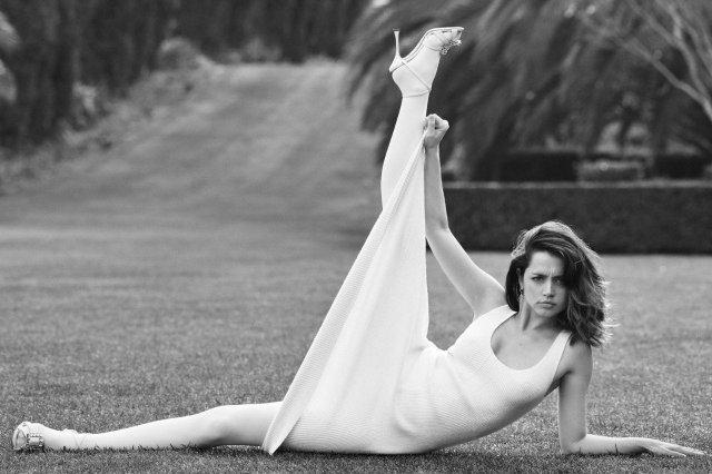 Ана де Армас задирает ногу на траве в белом платье