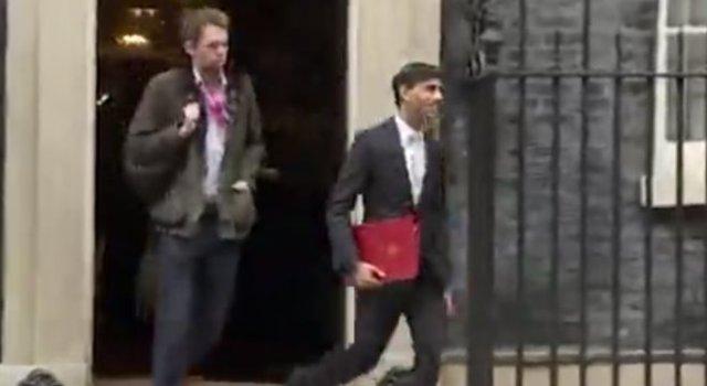 Папка политика из Великобритании резко сменила цвет прямо в эфире новостей