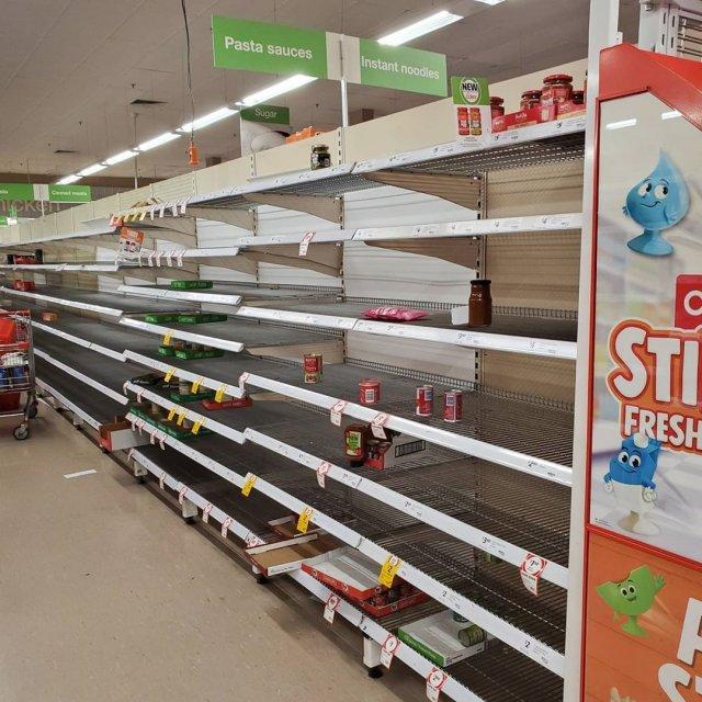 Люди скупают еду в магазинах из-за карантина и делают запасы дома