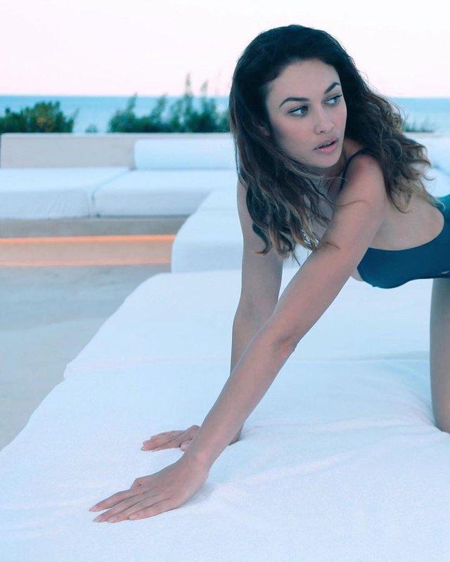 Ольга Куриленко в синем купальнике на диване