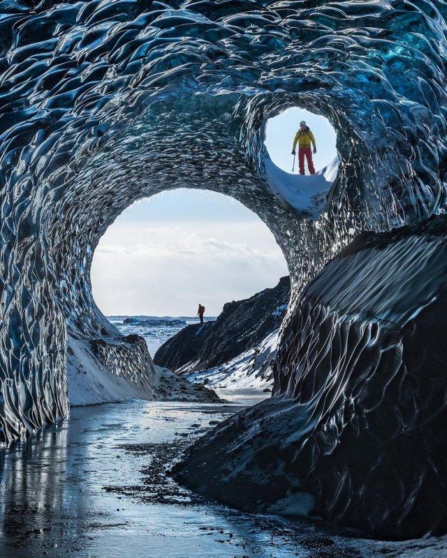 Талая вода проделывает в ледяных пещерах запутанные ходы