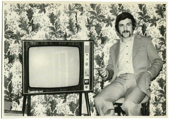 радостные люди, в доме которых появился первый телевизор