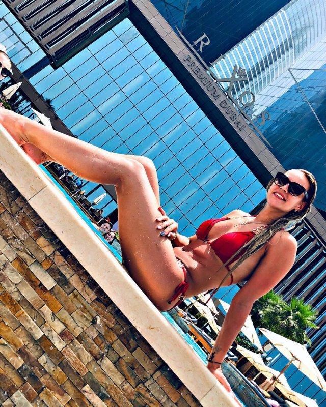 Анастасия Бавыкина в красном купальнике около бассейна