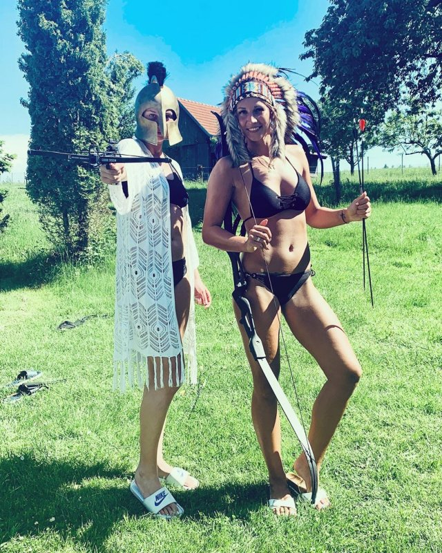 Анастасия Бавыкина на лужайке в черном купалнике