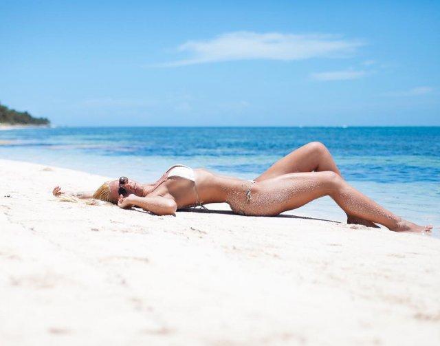 Анастасия Бавыкина на пляже в белом купальнике