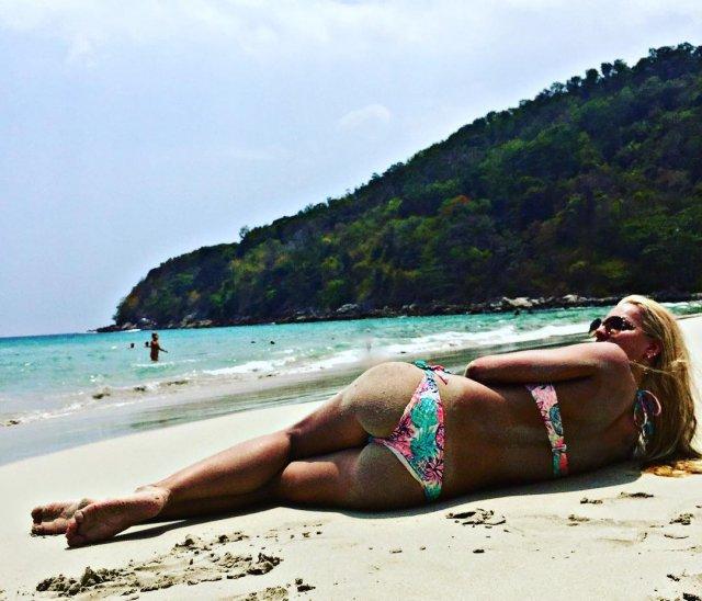 Анастасия Бавыкина на пляже в цветном купальнике
