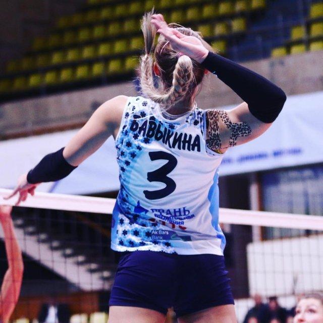 Анастасия Бавыкина в волейбольной форме на площадке