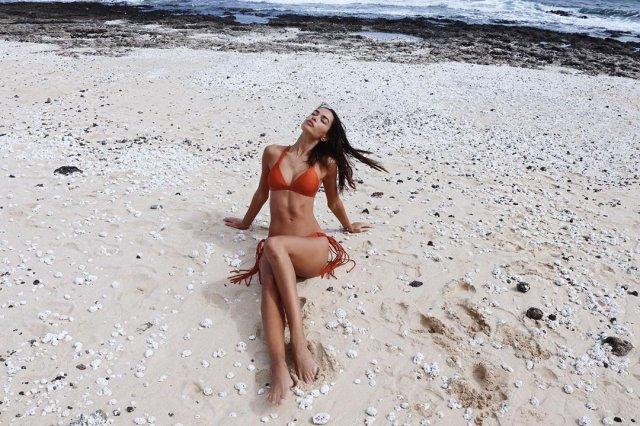 Джоана Санс в купальнике на пляже