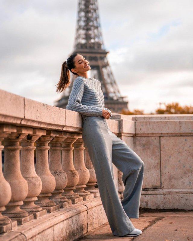Джоана Санс в сером костюме в Париже
