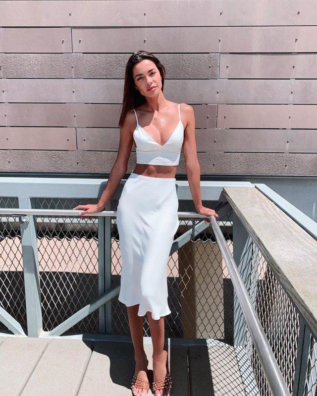 Джоана Санс в белом топе и белой юбке