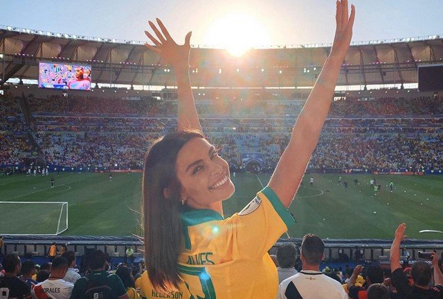 Джоана Санс на стадионе в футболке сборной Бразилии