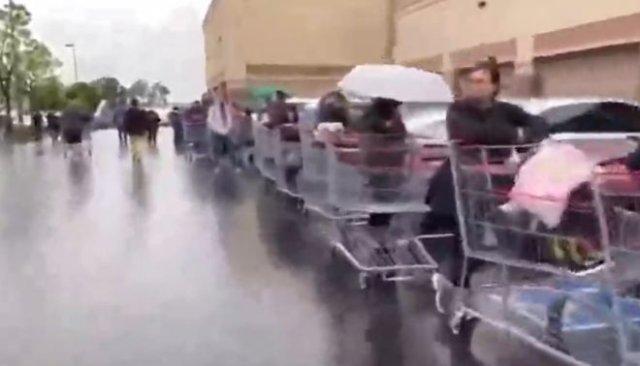 Гигантская очередь в продуктовый магазин в США