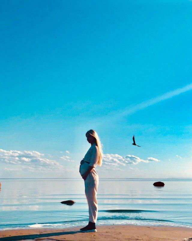 Ксения Кондратьева (Anjelica) с беременным животом на берегу