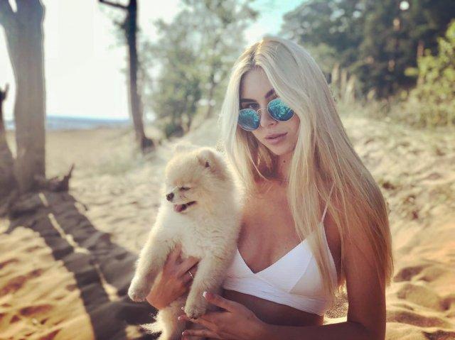 Ксения Кондратьева (Anjelica) с собакой в белом топе на песке