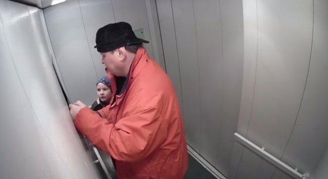 решил украсть зеркало из лифта при сыне