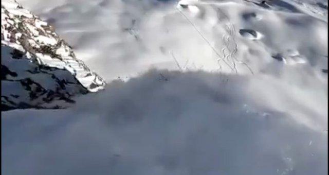 Очень зрелищный прыжок с горы на лыжах от первого лица
