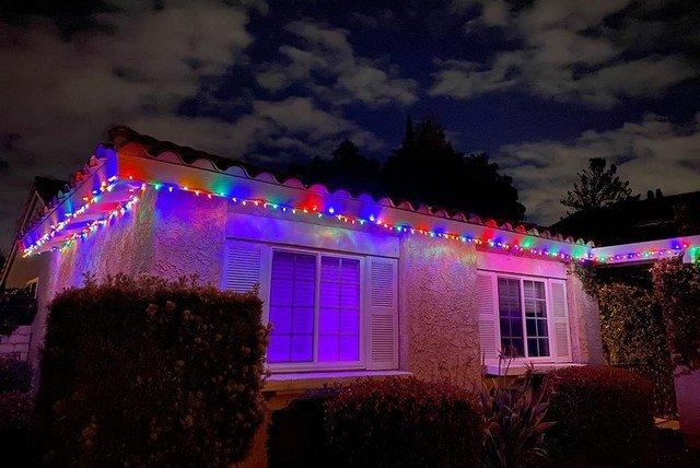 Американцы украсили дома рождественскими гирляндами, чтобы противостоять коронавирусу