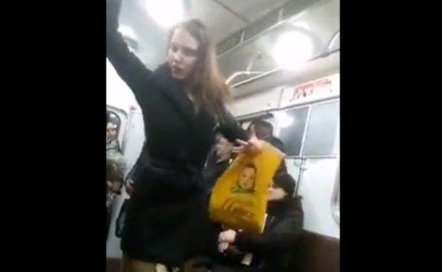 Девушка исполняет танец из Лебединого озера в метро