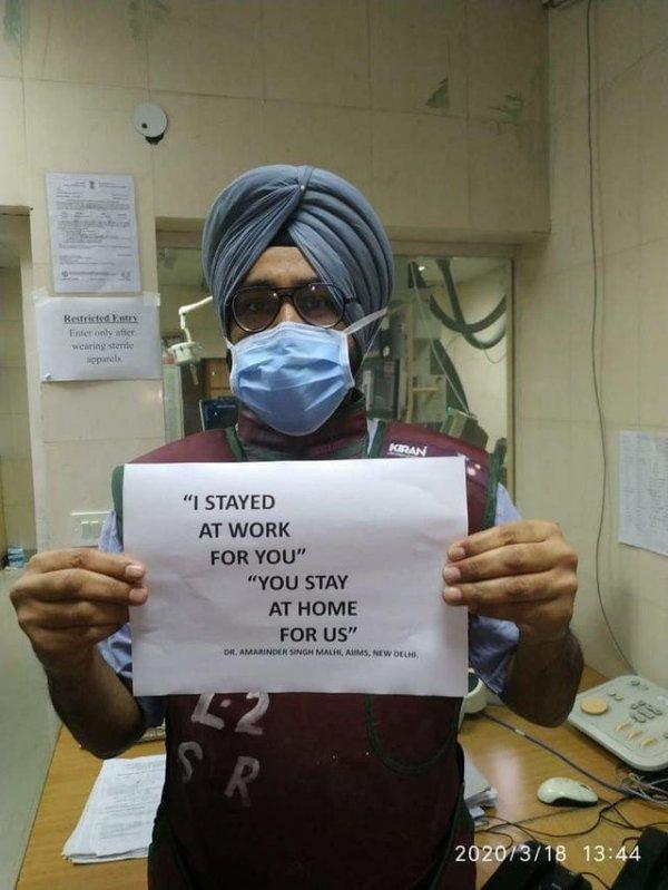 """Флешмоб врачей: """"Я остаюсь на работе для вас. Вы же оставайтесь дома для нас"""""""