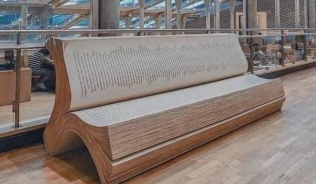 Скамейка в библиотеке в форме книги