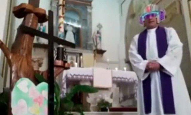 Священник из Италии забыл отключить эффекты во время онлайн-трансляции