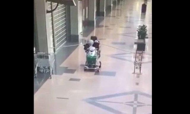 Неудачная прогулка по безлюдному торговому центру