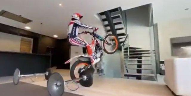 Профессиональный мотоциклист работает на дому