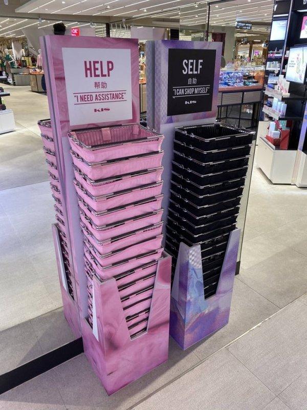 Розовые и черные корзинки в магазине