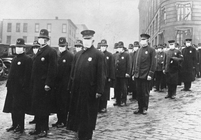 Американские полицейские во время пандемии испанки