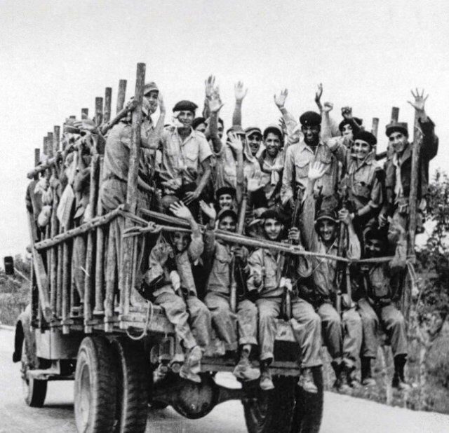 Милиционеры Кубы готовятся отразить вторжение солдат США