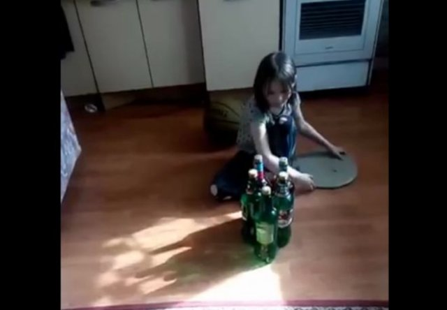 Неадекватная семейка на самоизоляции играет в боулинг котом
