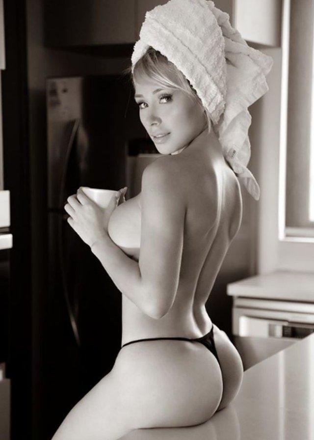 Модель Playboy Даниэлла Чавес мотивирует людей оставаться дома, часто публикуя откровенные снимк