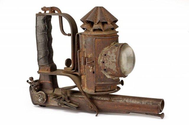 Silah ile donatılmış antika fener