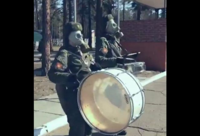 """Солдаты маршируют под саундтрек из """"Звездных войн"""""""