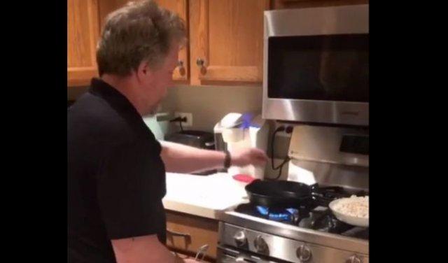 готовит попкорн