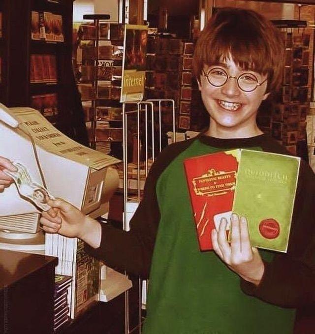 Дэниел Рэдклифф в книжном магазине, 2001