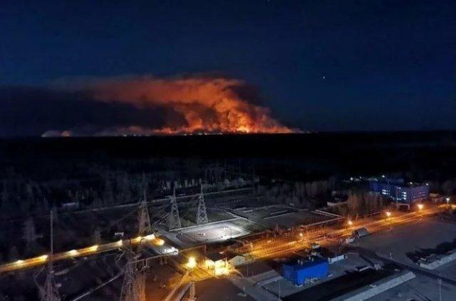 В Чернобыле сильный пожар: пламя уже дошло до Припяти и хранилищ с радиоактивными отходами