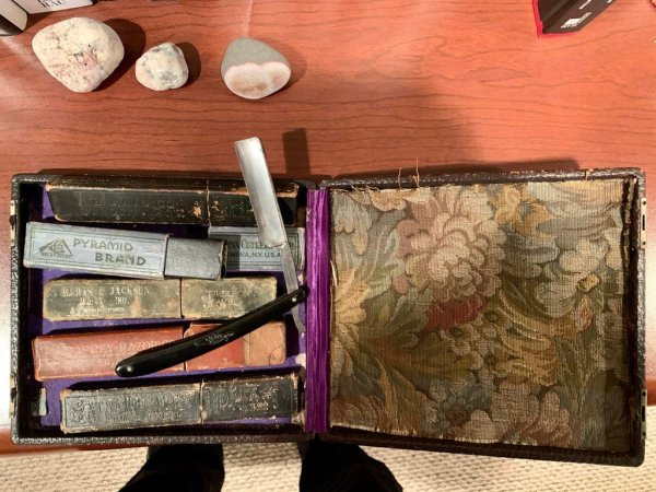 Целая коллекция старых бритв