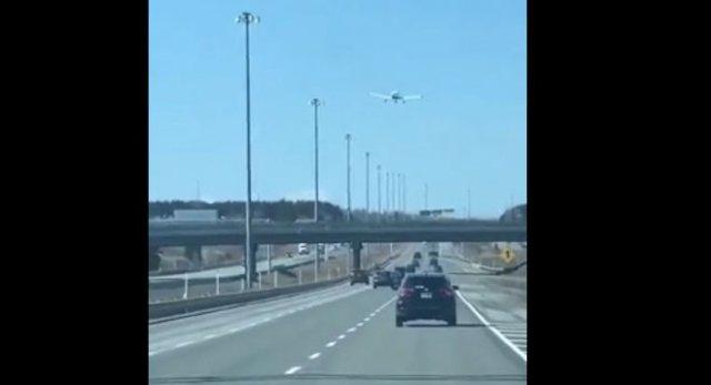 садит самолет на дорогу в Канаде