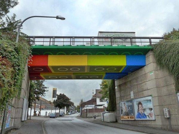 Мост в Германии покрашен в стиле Lego