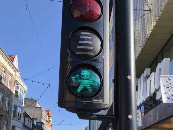 На светофоре маленький викинг
