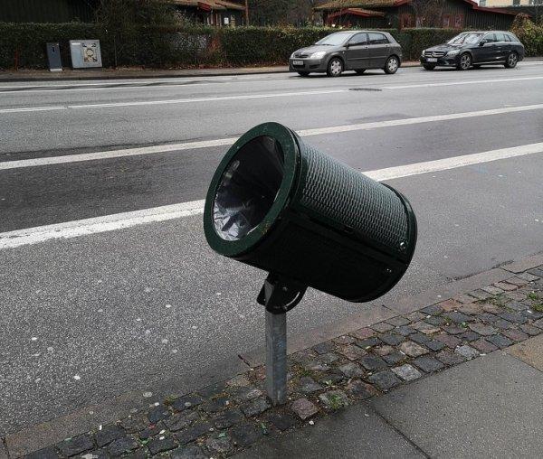 Наклоненная урна на датской велодорожке