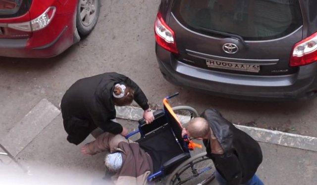 Неадекватная женщина ударила пенсионерку в инвалидной коляске