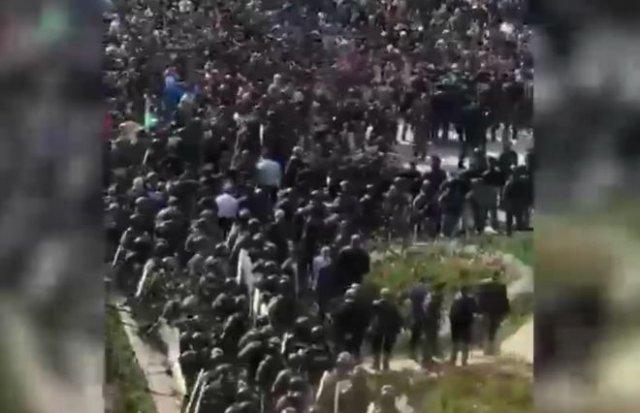 Митинг во Владикавказе: начались столкновения с полицией