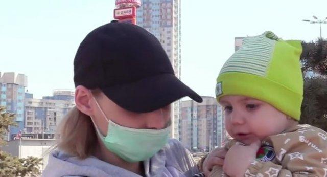 В Красноярске матери двоих детей пришлось просить милостыню у торгового центра