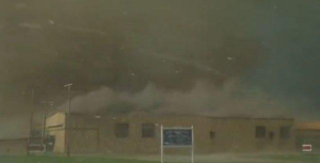 Водитель снял зарождение торнадо и его невероятную мощь