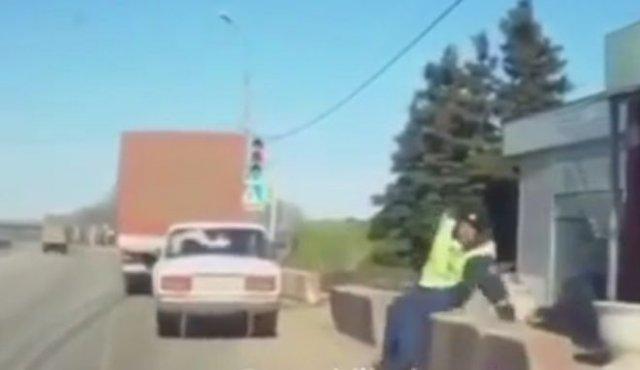 Эпичное падение: сотрудник ДПС не заметил помеху сзади