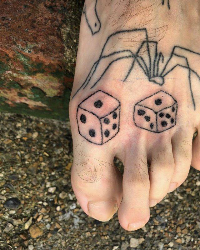 Крис Вудхед делал по татуировкe каждый день, сидя на карантине