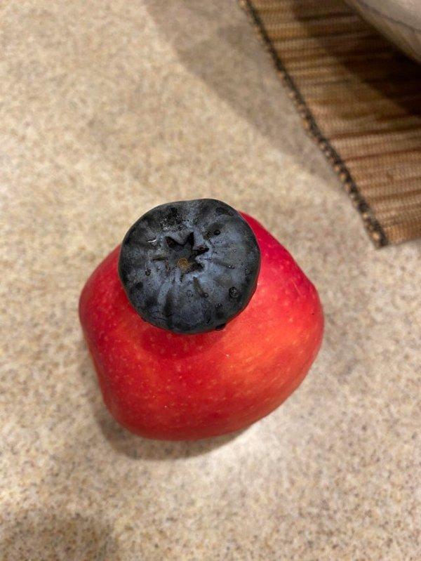 Огромная ягодка или крошечное яблоко?