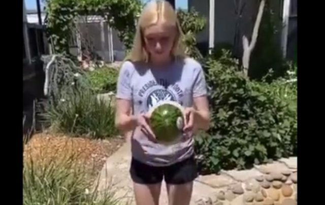 Блондинка против арбуза: угадайте, кто победит?